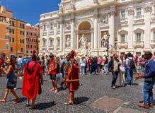 rome Туристы около фонтана Trevi Стоковая Фотография