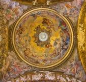 Rome - antagande av den jungfruliga Mary freskomålningen i kupol av Giovanni Domenico Cerrini i kyrkliga Chiesa di Santa Maria de Arkivfoton