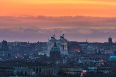 Rome au lever de soleil avec des montagnes à l'arrière-plan Photo stock