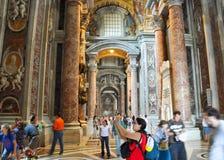 ROME-AUGUST 10 :圣伯多禄大殿的内部2009年8月10日的在梵蒂冈。 免版税库存照片
