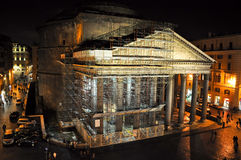 ROME-AUGUST 8 :在重建下的万神殿在2013年8月8日的晚上在罗马,意大利。 免版税库存照片