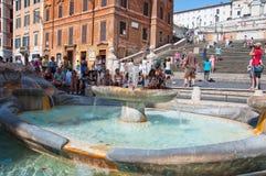 ROME-AUGUST 7: De spanska momenten som ses från Piazza di Spagna på Augusti 7, 2013 i Rome, Italien. Royaltyfri Bild