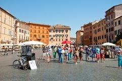 ROME-AUGUST 8: Grupp av turister på piazza Navona på Augusti 8, 2013 i Rome. Arkivfoto