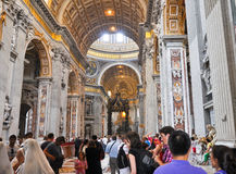 ROME-AUGUST 10: Inre av Stets Peter basilika på Augusti 10, 2009 i Vaticanen. Royaltyfria Bilder