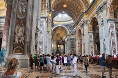 ROME-AUGUST 10: Inre av Stets Peter basilika på Augusti 10, 2009 i Vaticanen. Arkivbild