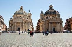 ROME-AUGUST 6: Santa Maria dei Miracoli och Santa Maria di Montesanto på Augusti 6, 2013 i Rome, Italien. Arkivfoton