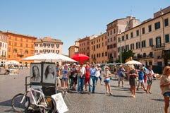 8 Rome-AUGUSTUS: Groep toeristen op Piazza Navona op 8 Augustus, 2013 in Rome. Royalty-vrije Stock Foto's