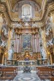 Rome - autel latéral de dei baroque Santi Ambrogio e Carlo al Corso de basilique d'église Image stock