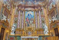 Rome - autel latéral de dei baroque Santi Ambrogio e Carlo de basilique d'église Images libres de droits