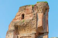 rome Bevarad del av väggen (fördärvar), av de forntida forntida baden av Caracalla (Thermae Antoninianae) Royaltyfria Bilder
