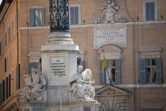 Rome - bibliska statyer på grunden av den Colonna dell'Imacolataen Arkivfoton