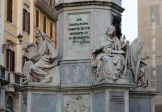Rome - bibliska statyer på grunden av den Colonna dell'Imacolataen Royaltyfri Bild