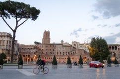 Rome bij dageraad met voertuigen stock foto's