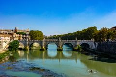 Rome bro av änglarna, ovanför den flödande Tiberen royaltyfria bilder