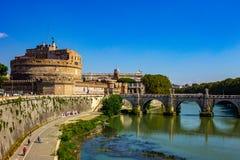 Rome bro av änglarna, ovanför den flödande Tiberen royaltyfri bild