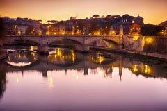 Rome bro med Tiber flodsikt på skymning Royaltyfri Bild