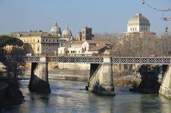 Rome, brug over de rivier stock foto