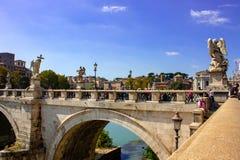 Rome, brug van de engelen, op de achtergrond de koepel van St Peter stock afbeelding