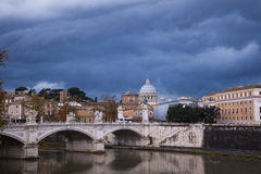 Rome cityscape med en bro Arkivfoton