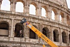 Rome Colosseum och en konstruktionskran royaltyfri foto