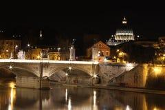Rome in de nacht, Piazza San Pietro Stock Foto's