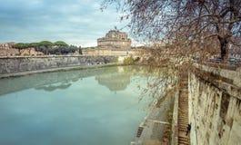 Rome de rivier Tiber en het kasteel Sant Angelo in de Winterreis royalty-vrije stock fotografie