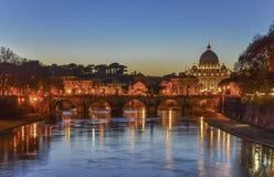 Rome en Vatikaan bij nacht Stock Afbeelding
