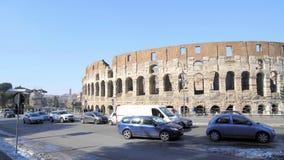 ROME - FEBRUARI 20: Coliseum, trafiktecken, bilar och folk, panna arkivfilmer
