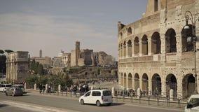 ROME - FEBRUARI 20: Fördärvar av Roman Colosseum Medel, lastbilar och folk arkivfilmer