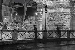 Rome - Forum van Nerva en het silhouet bij nacht Stock Fotografie