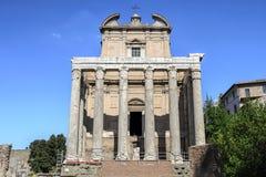 Rome forum vid dag Sikt av templet av Antoninus och Faustina royaltyfria bilder