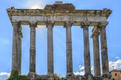 Rome forum vid dag Sikt av templet av Antoninus och Faustina royaltyfri fotografi