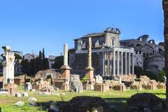 Rome forum vid dagsikten av templet av Antoninus och Faustina royaltyfri fotografi