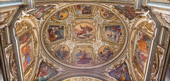 Rome - freskomålningen på valvet av kapellet av St Giacinta Marescotti i kyrkliga San Lorenzo i Lucina Arkivbild