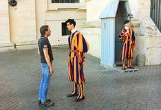 Rome gardians de basilique de Vatican, Italie - de St Peter photos libres de droits