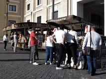 Rome, gataglass och souvenirvagn arkivbild
