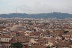Rome historisk mitt med PantheonÂs tak arkivfoto