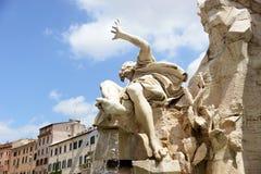 Rome, Italië - April 18, 2015: De toeristen bezoeken Piazza Navona met fontein in Rome, Italië Rome is van de meest bezochte stad Stock Afbeelding