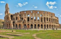 ROME, ITALIË - APRIL 7, 2016: Toeristen die Colosseum bezoeken royalty-vrije stock afbeelding