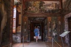 ROME, ITALIË - AUGUSTUS 2018: De jonge meisjestoerist loopt door de kunstgalerie bij de Villa D 'Este in Tivoli stock fotografie