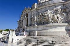 Rome/Italië - Augustus 25, 2018: Vittoriano bas-hulp en het Graf van de Onbekende Militair royalty-vrije stock foto