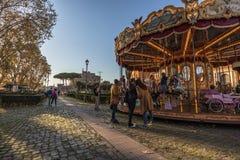 11/09/2018 - Rome, Italië: Carrousel in Rome met jonge geitjes en toerist royalty-vrije stock fotografie