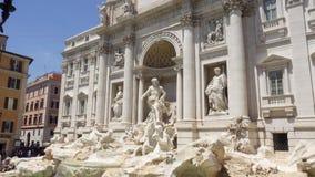ROME, ITALIË - CIRCA Mei 2018: Buitenkant van beroemde Trevi Fontein in centrum van de stad van Rome, Italië stock footage