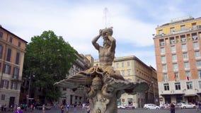 Rome, Italië - circa Mei 2018: Triton-Fontein in Barberini-vierkant Mooie roman architectuur stock video