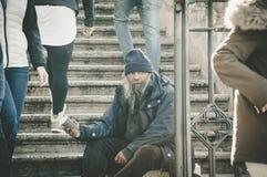 Rome, Italië - 25 Dec, 2017 - Oude dakloze mensenzitting op sta stock afbeeldingen
