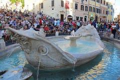 Rome, Italië, Europa - Augustus 18, 2015: De menigten van toeristen verzamelen zich rond de Spaanse Stappen en een boot-vormige f royalty-vrije stock afbeelding