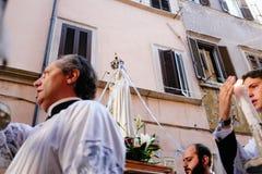Rome-Italië-24 10 2015, godsdienstige optocht door de straten stock fotografie