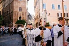 Rome-Italië-24 10 2015, godsdienstige optocht door de straten stock afbeelding