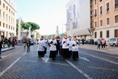 Rome-Italië-24 10 2015, godsdienstige optocht door de straten stock foto