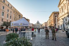 11/09/2018 - Rome, Italië: Italiaanse Legermilitairen die via del bewaken royalty-vrije stock fotografie